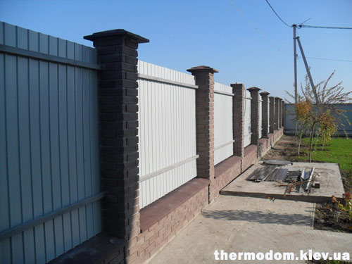 Забор из облицовочного кирпича и профнастила