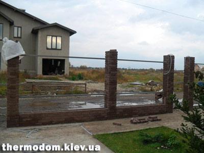 Забор из отделочного кирпича