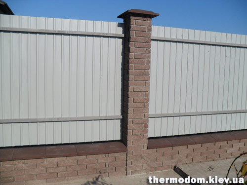 Забор из отделочного кирпича и профнастила